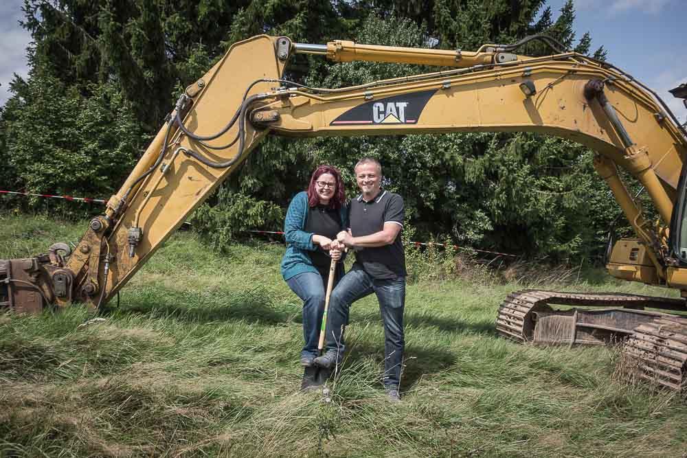 Bauherren beim 1. Spatenstich - Nina und Martin - Unser Bausatzhaus